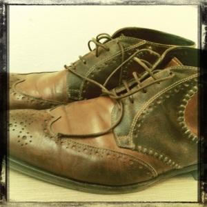 Foto van schoenen met losse veters
